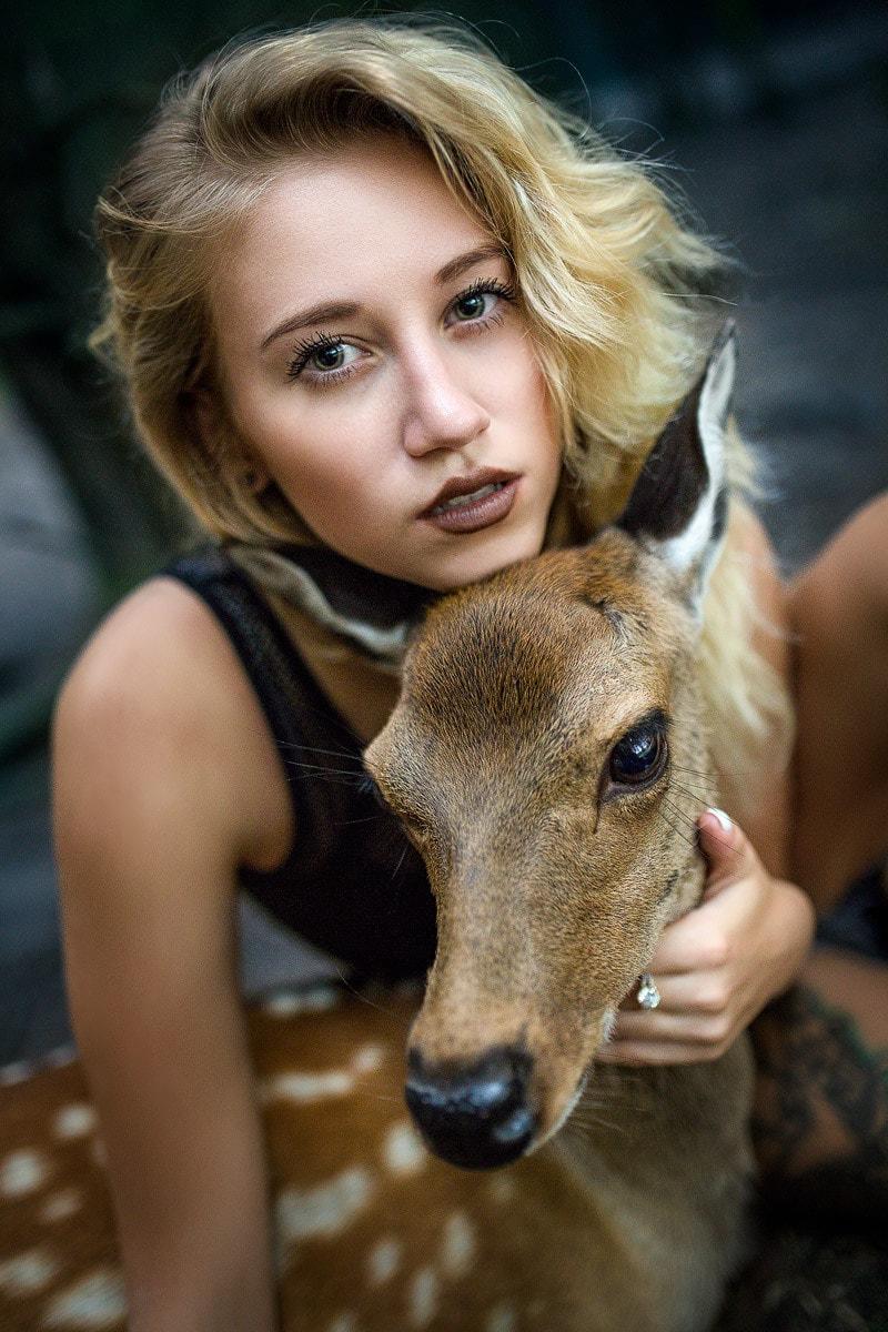 junge Frau mit Reh im Wald